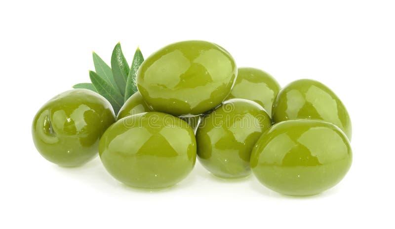Azeitonas verdes isoladas no fundo branco fotos de stock