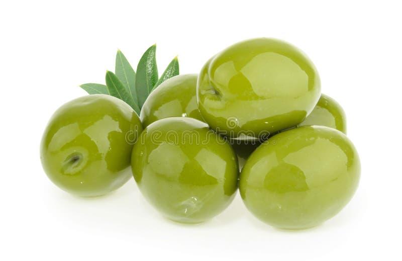 Azeitonas verdes isoladas no fundo branco fotografia de stock royalty free