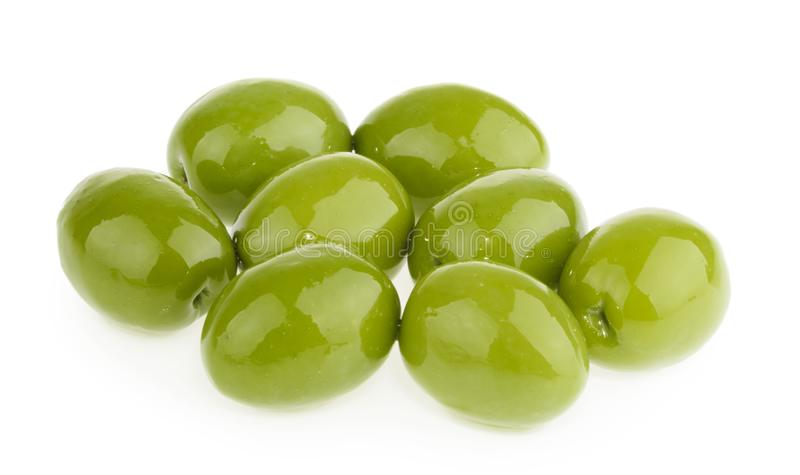 Azeitonas verdes no fundo branco foto de stock royalty free