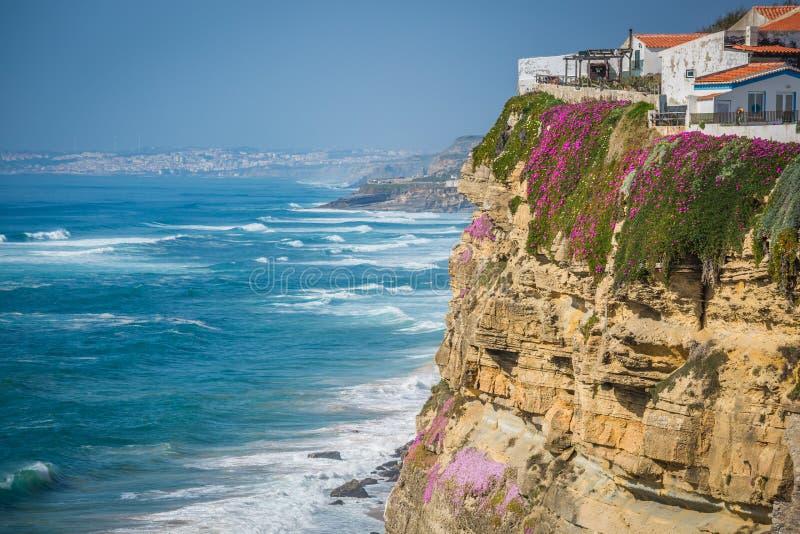 Azenhas毁损在峭壁和大西洋的白色村庄地标 免版税库存照片