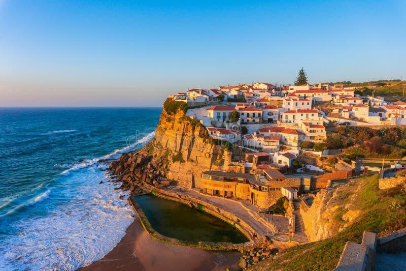 Azenhas besch?digen, typisches Dorf auf ozeanische Klippen, Portugal lizenzfreie stockfotografie