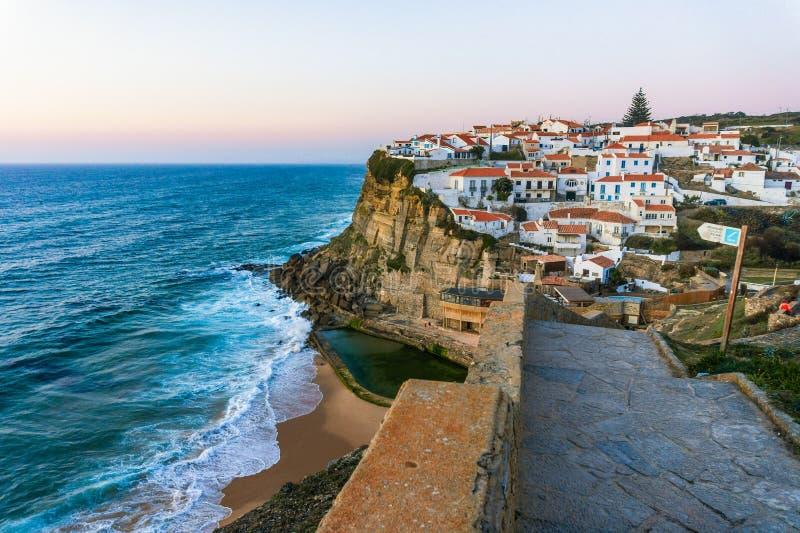 Azenhas do Mar, typowa wioska na szczycie klifów oceanicznych, Portugalia zdjęcie royalty free