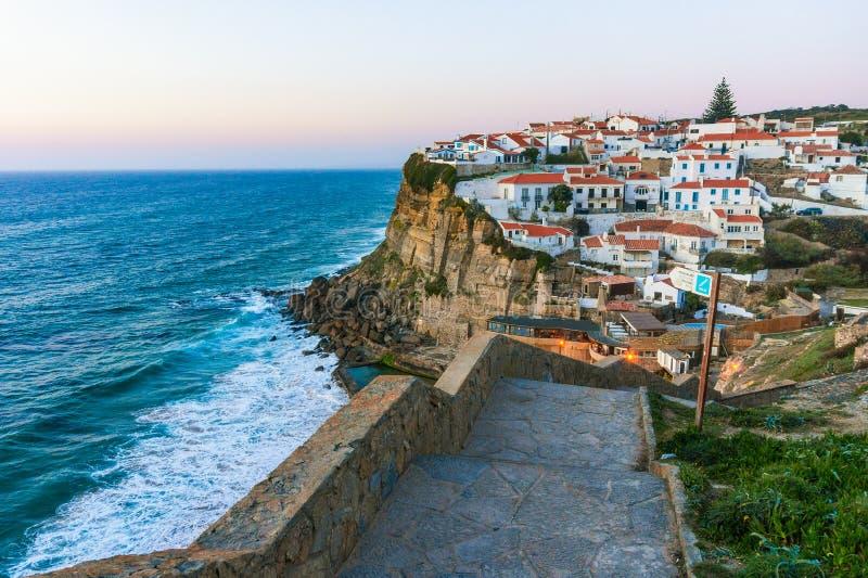 Azenhas faz a vila branca de março no penhasco e no Oceano Atlântico, Sintra, Portugal imagem de stock