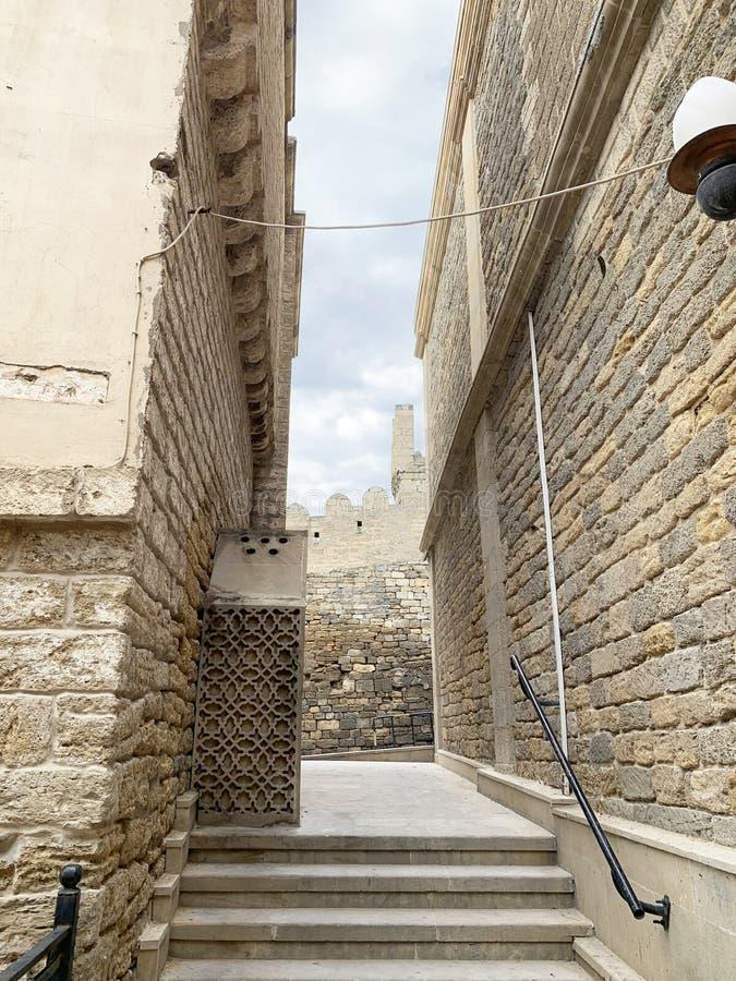 Azerbaïdjan, Bakou Fragment d'une ancienne rue et forteresse murale dans la vieille ville d'Icheri Sheher en automne photographie stock libre de droits