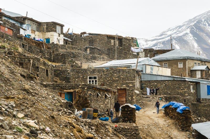 Azerbaijão, opinião do pagamento da montanha de Khinalig, casas de residentes locais fotografia de stock royalty free