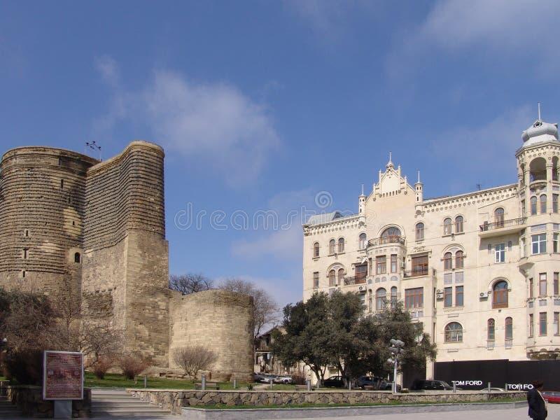 azerbaijan baku Meisjetoren en het gebouw waar geleefd Charles De Gaulle stock foto