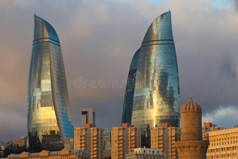 azerbaijan baku Visión en el paisaje de la ciudad Torres de la llama fotos de archivo libres de regalías