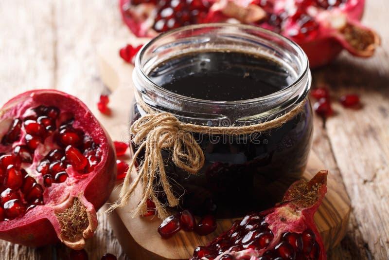 Azerbajdzjansk krydda juic Narsharab sås som göras från granatäpplet royaltyfri foto