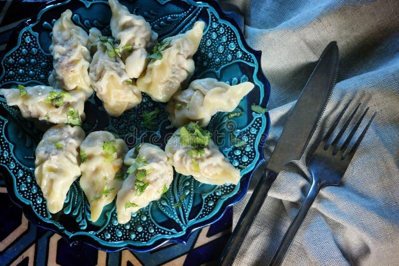 Azerbajdzjanska klimpar som göras av lagad mat deg med kött royaltyfri foto
