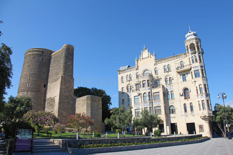 Azerbejdżan baku Dziewczyny wierza i budynek dokąd żyjący Charles De Gaulle zdjęcie stock