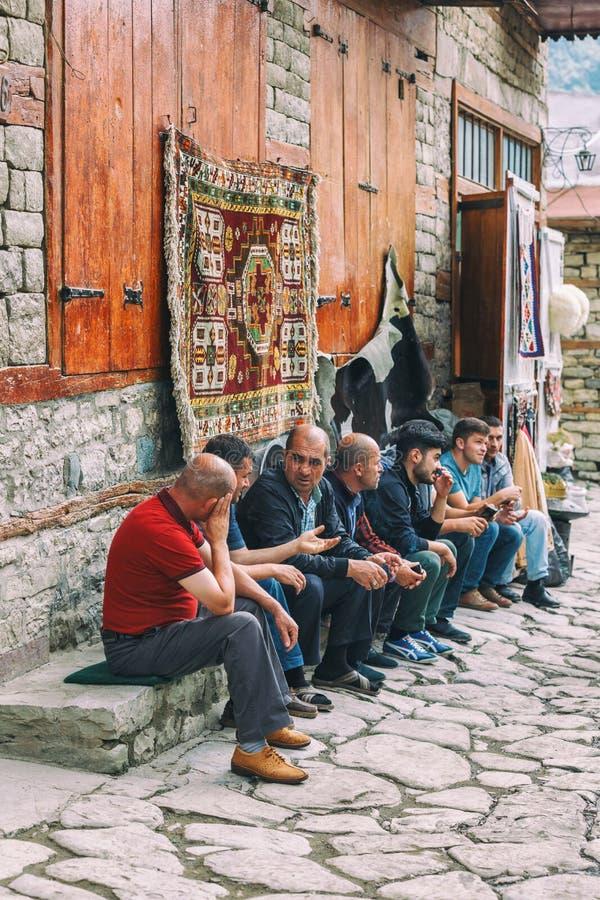 Azeri Mensen die en in de Straat op de straat van keihuseynov zitten spreken, de hoofdstraat van het bergachtige dorp van Lahic v royalty-vrije stock afbeelding