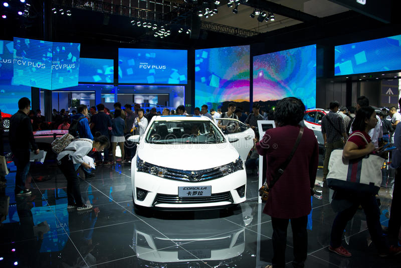 Azië China, Peking, de internationale automobiele tentoonstelling van 2016, Binnententoonstellingszaal, Toyota Carola stock afbeeldingen