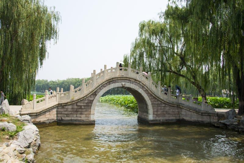 Azië China, Peking, Oud de Zomerpaleis, de brug van de steenboog royalty-vrije stock fotografie