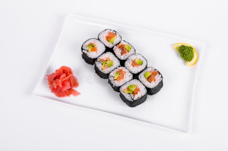 azië De broodjes met zalm rode vissen op een wit plateren op witte B royalty-vrije stock afbeeldingen