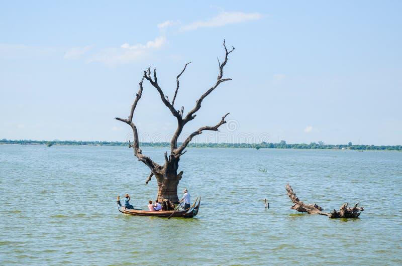 Azië, Myanmar Birma: Bootrit dichtbij de Brug van U Bein van Mandalay royalty-vrije stock foto's