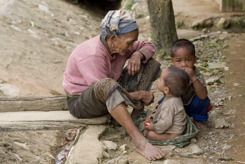 Azië, oude vrouw met kleinkinderen stock afbeelding