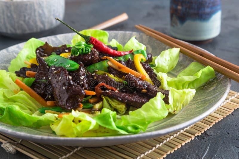 Aziaat beweegt gebraden kippenlever met kom rijst en groene thee Dichte Mening stock foto's