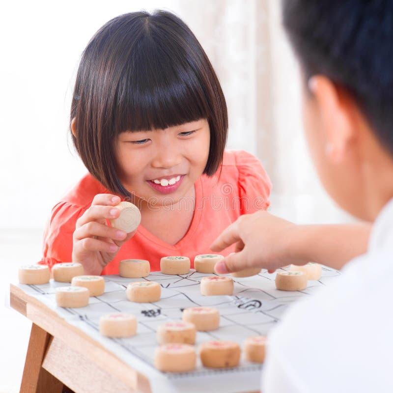 Aziaat die Chinees schaak spelen royalty-vrije stock afbeeldingen