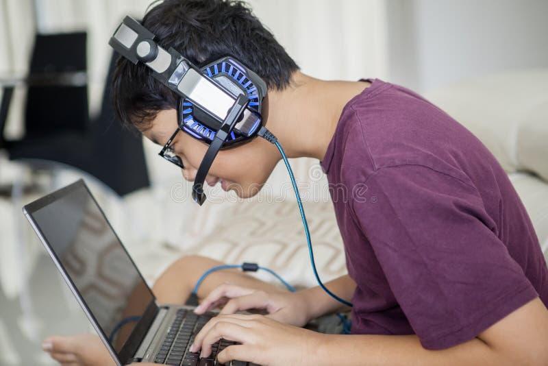Aziaat preteen met laptop en hoofdtelefoon stock fotografie