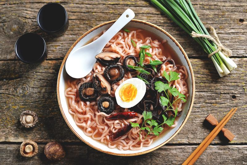 Aziaat ramen noedelsoep met paddestoelen Vegetarisch gezond voedsel stock fotografie