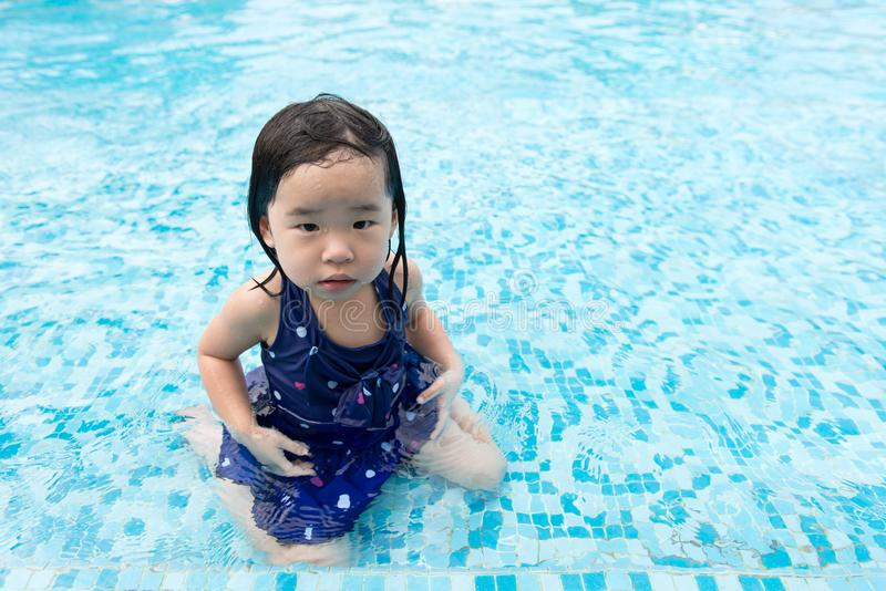 Aziaat weinig babymeisje in zwembad stock afbeeldingen