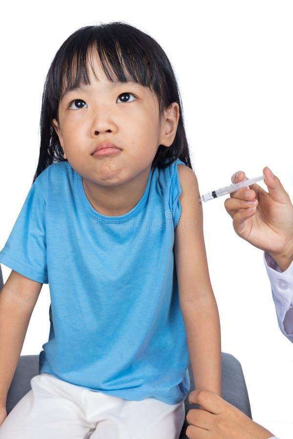 Aziaat weinig Chinees meisje dat een injectie ontvangt stock fotografie