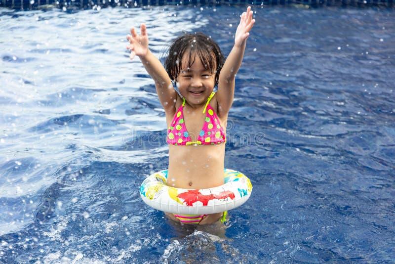 Aziaat Weinig Chinees Meisje die in Zwembad spelen royalty-vrije stock afbeeldingen