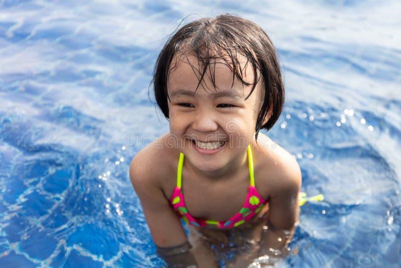 Aziaat Weinig Chinees Meisje die in Zwembad spelen royalty-vrije stock foto's