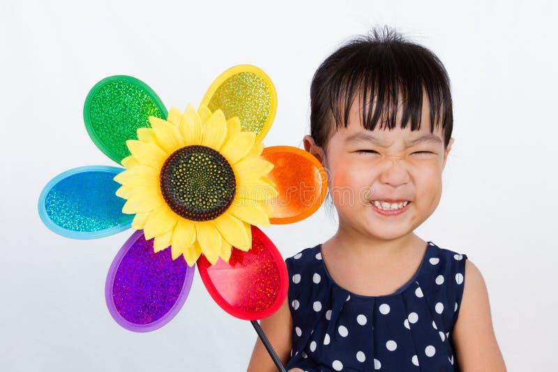 Aziaat Weinig Chinese Kleurrijke Windmolen van de Meisjesholding stock foto