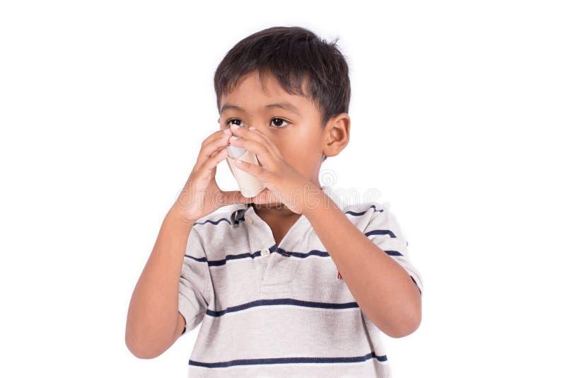 Aziaat weinig jongen die een astmainhaleertoestel met behulp van stock fotografie