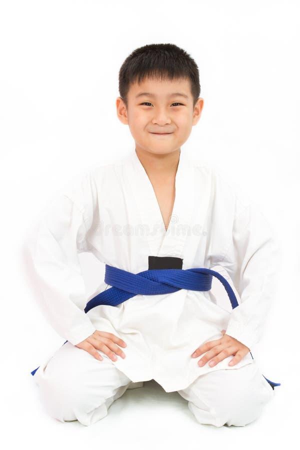 Aziaat Weinig Karatejongen in Witte Kimono royalty-vrije stock afbeelding