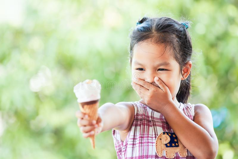 Aziaat weinig kindmeisje trekt ` t zoals roomijskegel aan stock fotografie