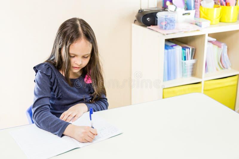 Aziatisch Amerikaans meisje op school stock afbeeldingen