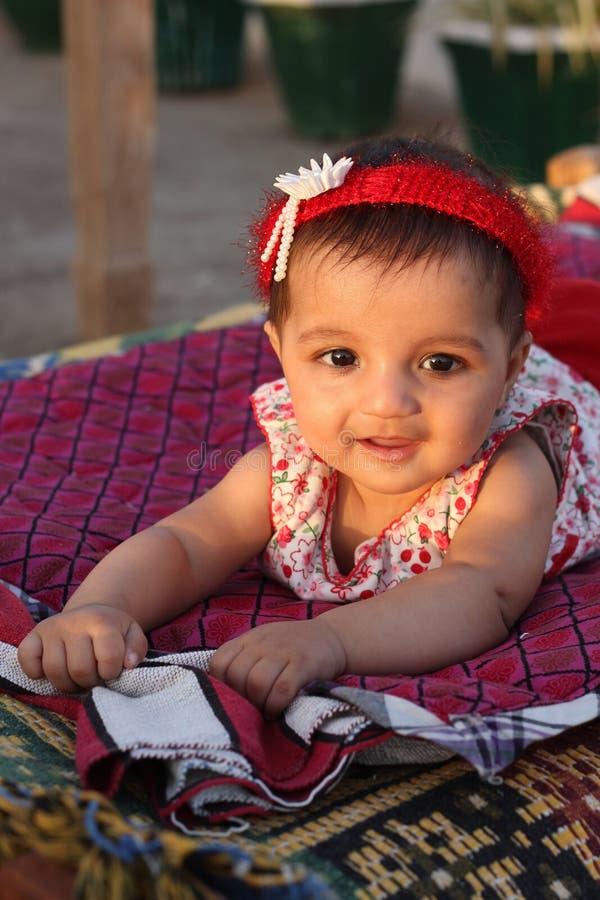Aziatisch babymeisje dat de kijker bekijkt stock fotografie