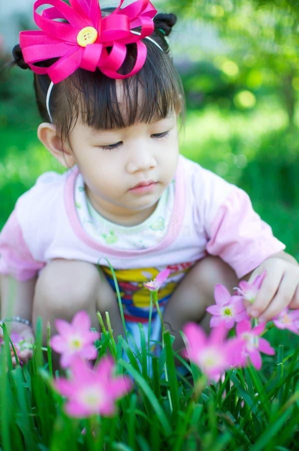 Aziatisch babymeisje met bloem royalty-vrije stock foto