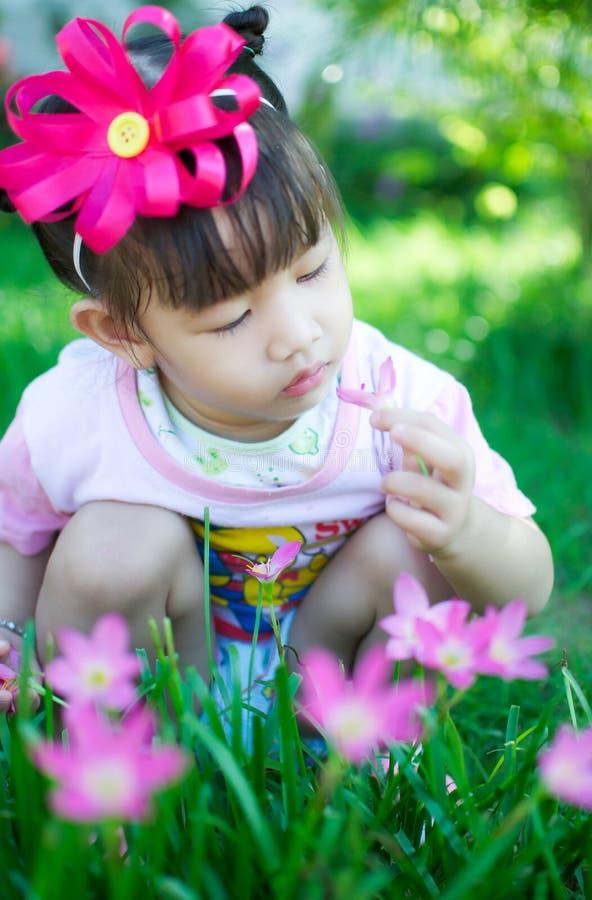 Aziatisch babymeisje met bloem stock afbeeldingen