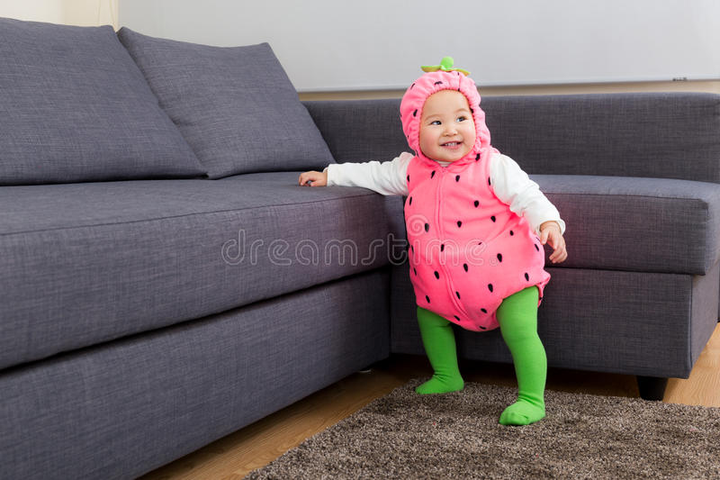Aziatisch babymeisje met Halloween-partijvulling stock foto