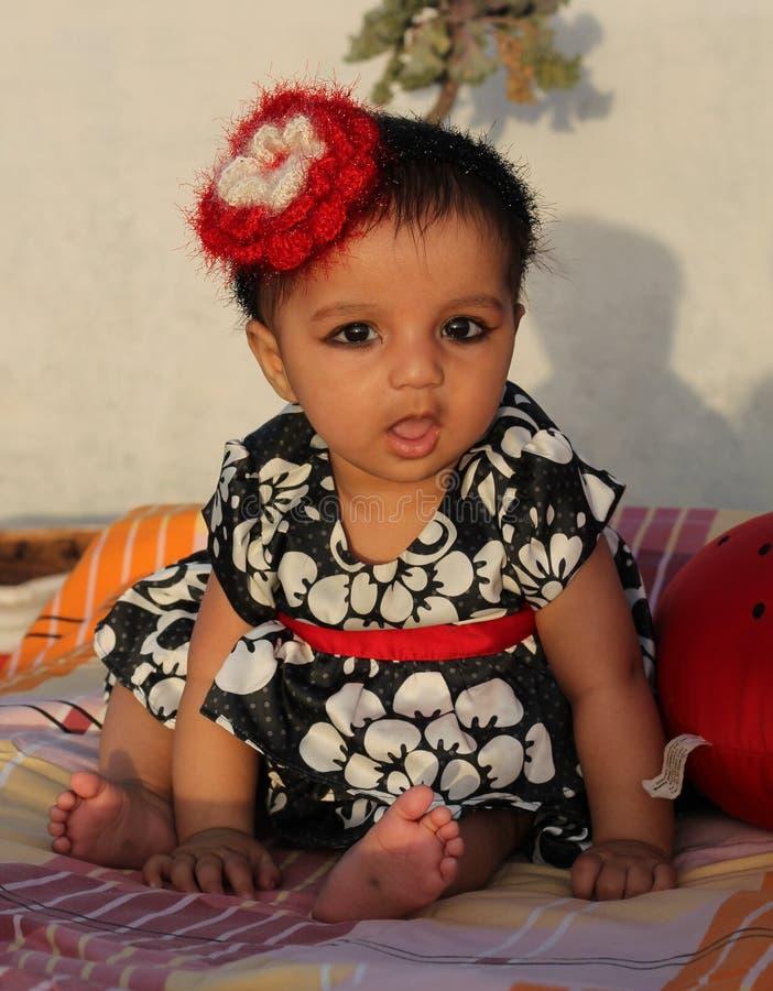 Aziatisch babymeisje met vreemde uitdrukking royalty-vrije stock foto