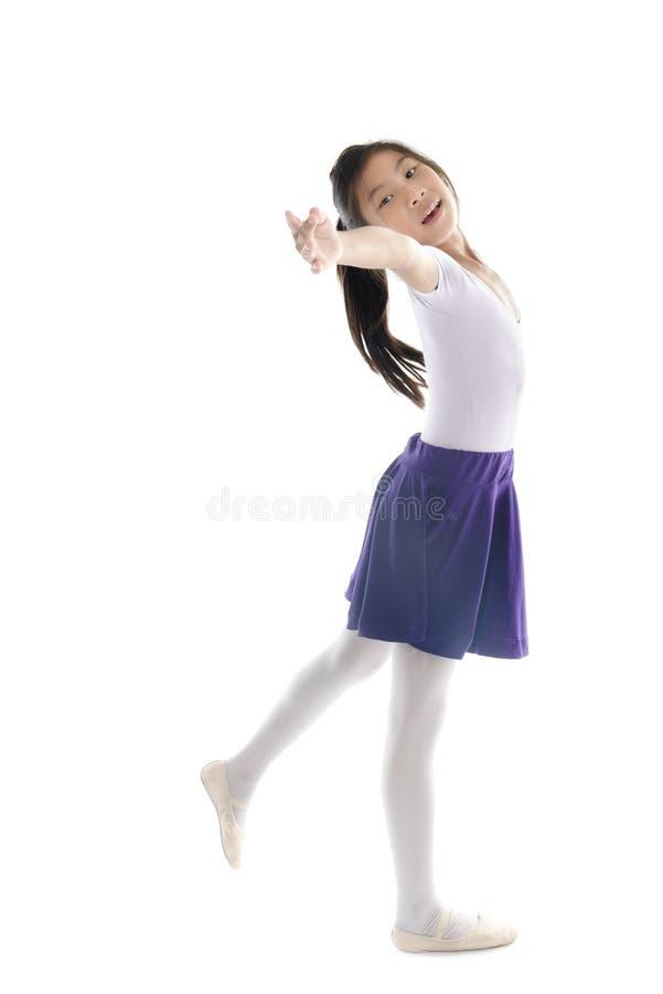 Aziatisch balletmeisje op witte achtergrond stock foto