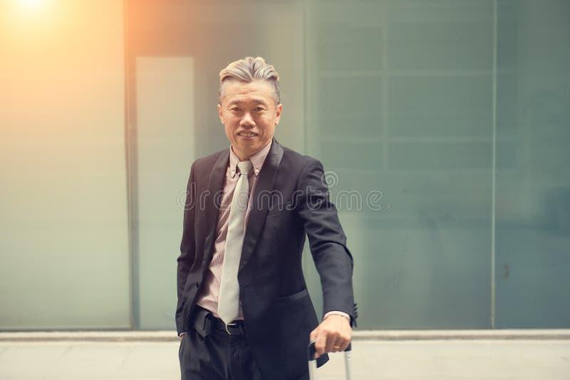 Aziatisch bedrijfsmannetje openlucht royalty-vrije stock fotografie
