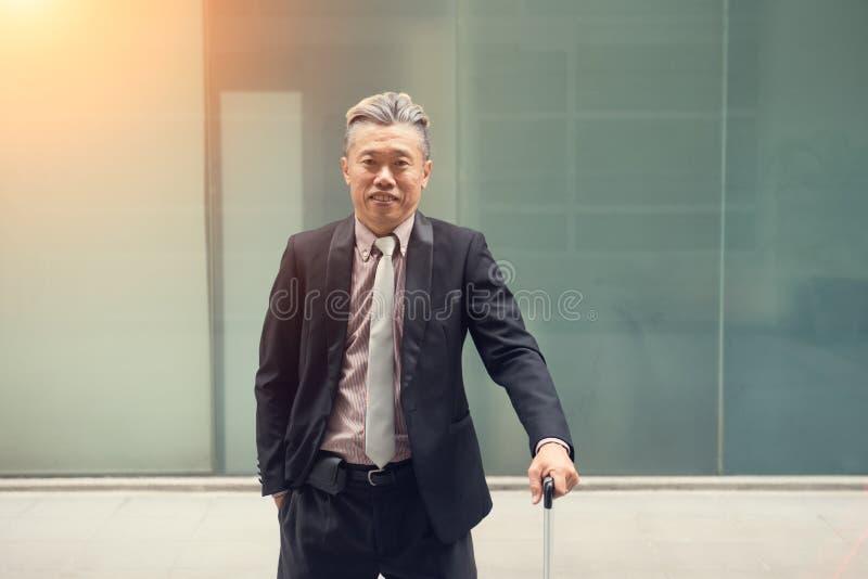 Aziatisch bedrijfsmannetje openlucht stock afbeelding