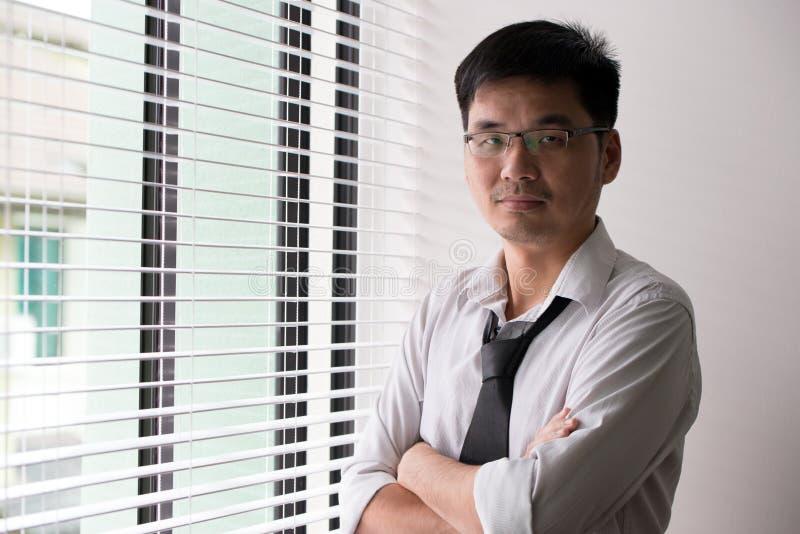Aziatisch bedrijfsmensen dwarswapen royalty-vrije stock fotografie