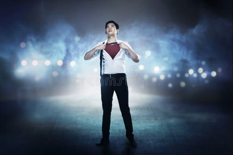 Aziatisch bedrijfsmensen open overhemd zoals super held stock foto's