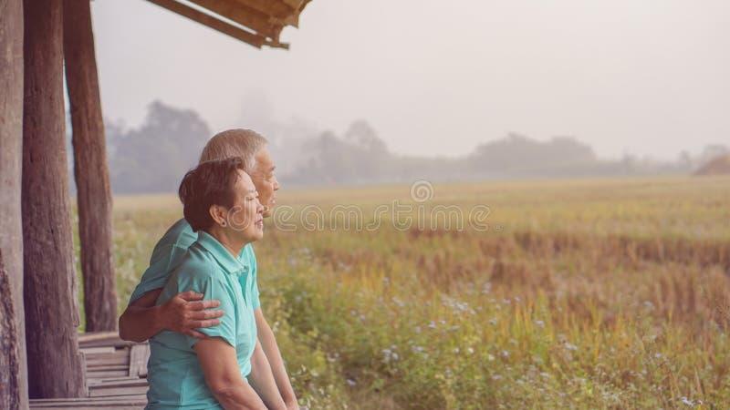 Aziatisch bejaard paar bij van het bedrijfs landbouwbedrijfpadieveld gelukkige aardli stock afbeeldingen