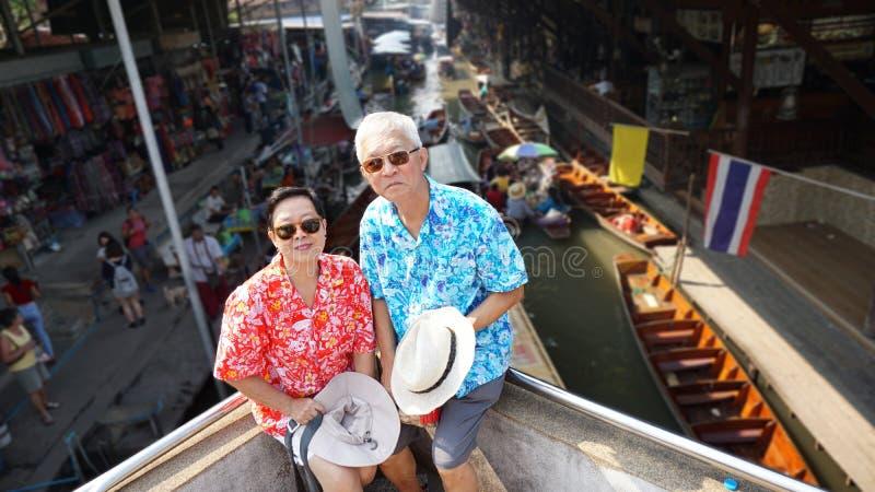 Aziatisch bejaard paar die retirmentreis hebben aan het drijven van Thailand royalty-vrije stock foto