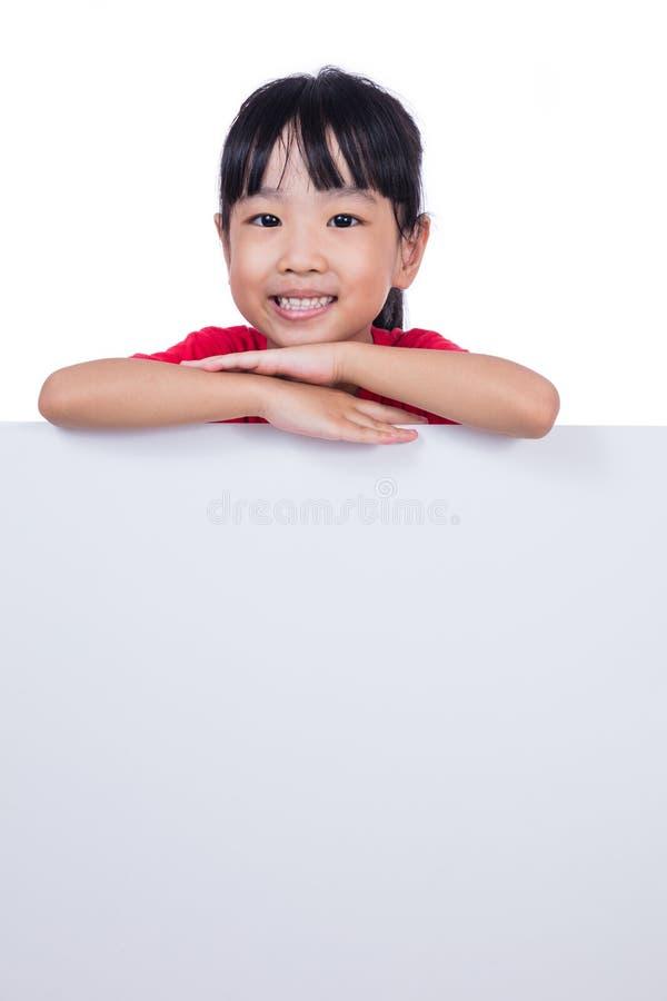 Aziatisch Chinees meisje achter een lege witte raad royalty-vrije stock foto's