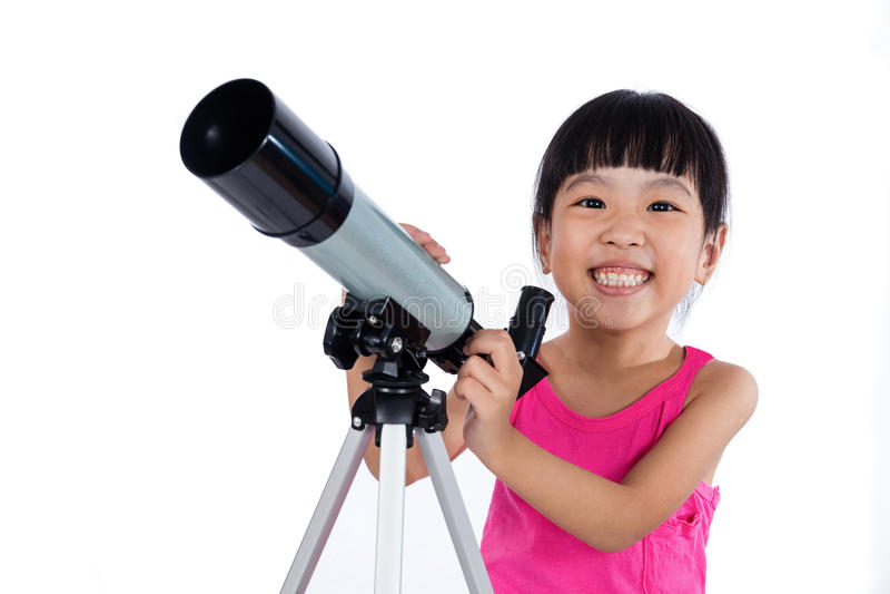 Aziatisch Chinees meisje die een telescoop houden stock fotografie