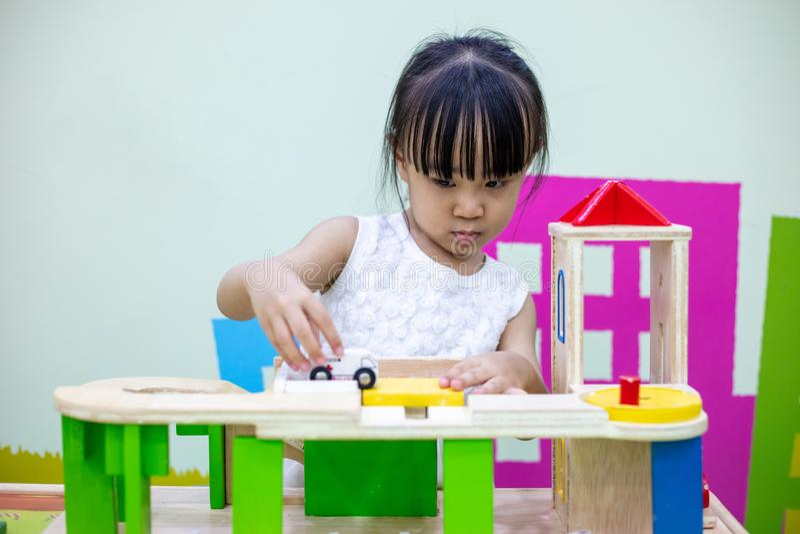 Aziatisch Chinees meisje die houten stuk speelgoed trein spelen royalty-vrije stock foto