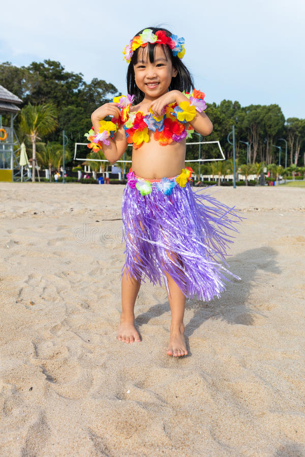 Aziatisch Chinees meisje in Hawaiiaans kostuum royalty-vrije stock afbeeldingen