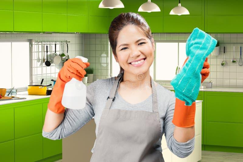 Aziatisch de nevelfles en vod van de huishoudsterholding stock afbeelding